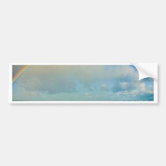 Arco iris sobre el océano etiqueta de parachoque