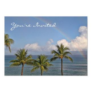 Arco iris sobre el océano con las palmeras comunicados