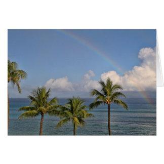 Arco iris sobre el océano con las palmeras tarjeta de felicitación