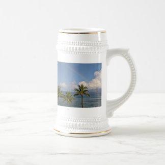 Arco iris sobre el océano con las palmeras taza