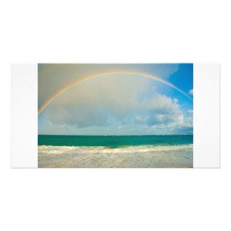 Arco iris sobre el océano tarjeta fotográfica