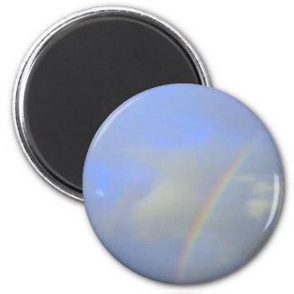 Arco iris sobre el puente del río con la foto de l imán redondo 5 cm