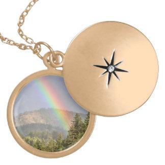 Arco iris sobre las montañas medallón
