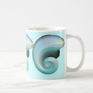 Arco iris surrealista Shell del jade Taza Básica Blanca