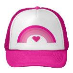 Arco iris y casquillo rosados bonitos del corazón gorras de camionero