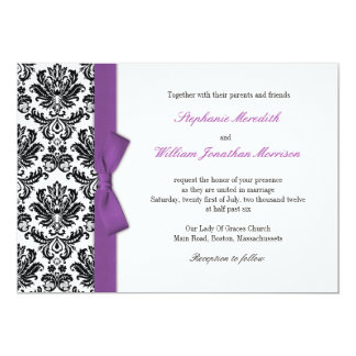 Arco púrpura con la invitación del boda del