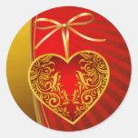 Arco rojo del corazón y de la cinta pegatina redonda