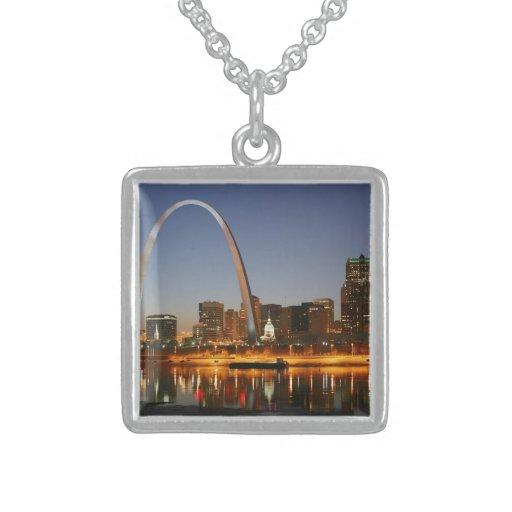 Arco St. Louis Mississippi de la entrada en la noc Grimpola