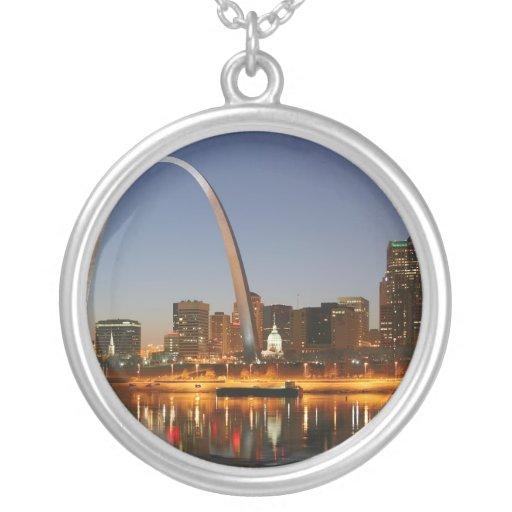 Arco St. Louis Mississippi de la entrada en la noc Pendientes