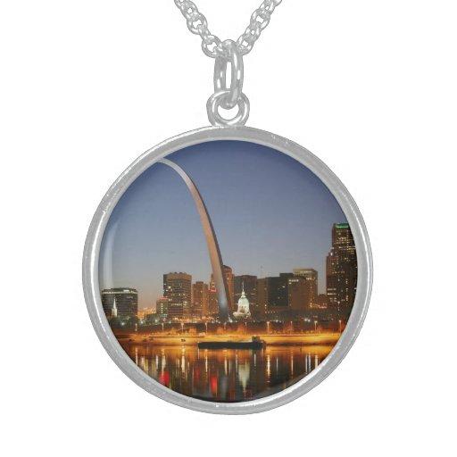 Arco St. Louis Mississippi de la entrada en la noc Collares