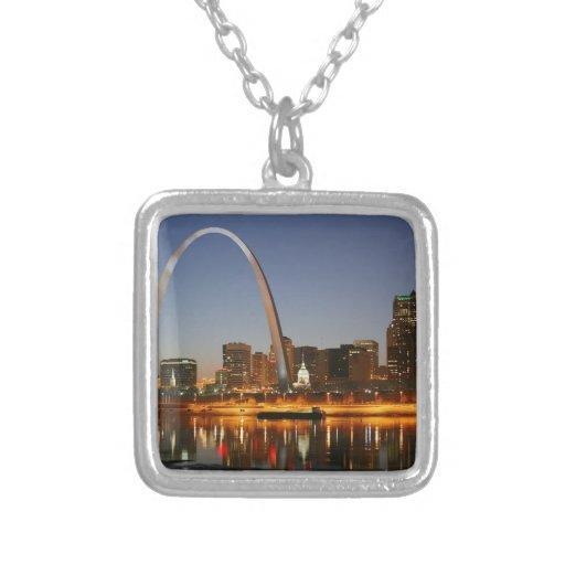 Arco St. Louis Mississippi de la entrada en la noc Colgantes
