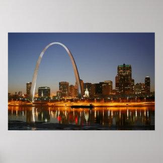 Arco St. Louis Mississippi de la entrada en la noc Poster