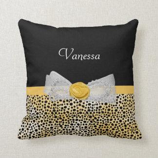 Arco y nombre amarillos de moda de la suposición almohada