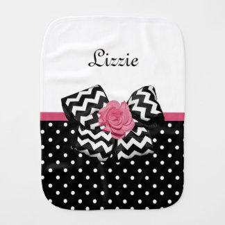 Arco y nombre color de rosa rosados de Chevron de Paños De Bebé