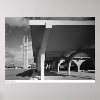 Arcos de la entrada de la biblioteca, campanario e póster