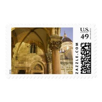 Arcos del palacio del rector con la catedral de sellos