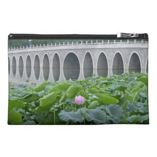 Arcos reflectores del puente de la charca de Lotus