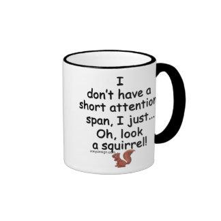 Ardilla corta de la capacidad de concentración taza de café