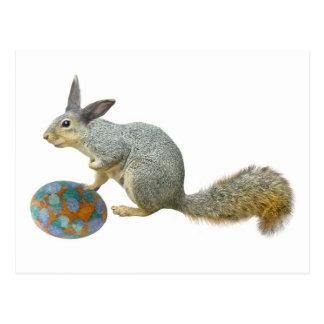 Ardilla de Pascua con la postal del huevo
