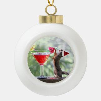 Ardilla de Santa que bebe un ornamento del cóctel Adorno