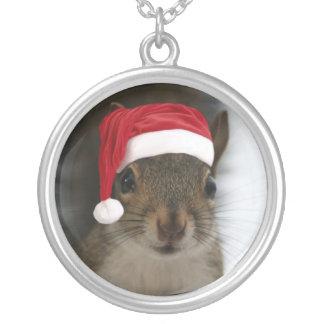 Ardilla de Santa que lleva el gorra de Santa Collar Plateado