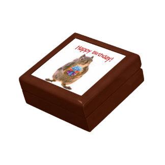 Ardilla del feliz cumpleaños con el presente cajas de regalo