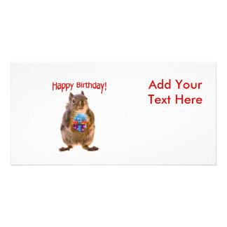Ardilla del feliz cumpleaños con el presente tarjeta fotografica personalizada