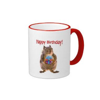 Ardilla del feliz cumpleaños con el presente taza