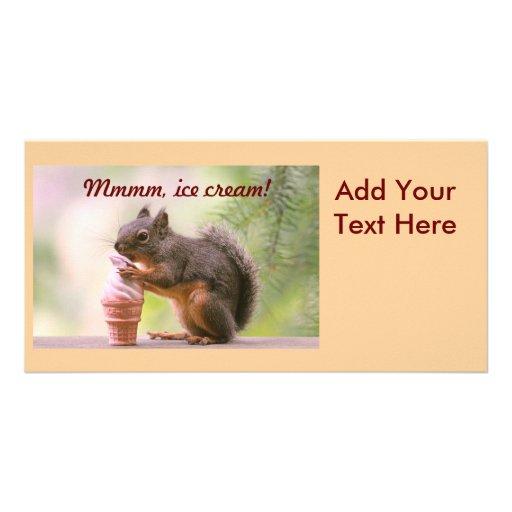 Ardilla divertida que lame el cono de helado tarjetas con fotos personalizadas