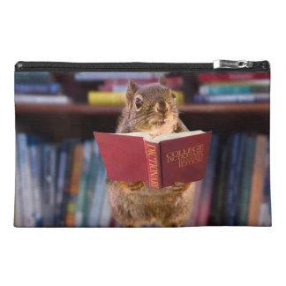 Ardilla elegante que lee un diccionario