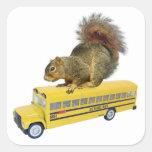 Ardilla en el autobús escolar calcomanía cuadradas personalizada
