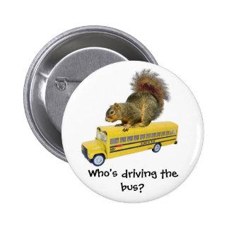 Ardilla en el autobús escolar pin redondo de 2 pulgadas