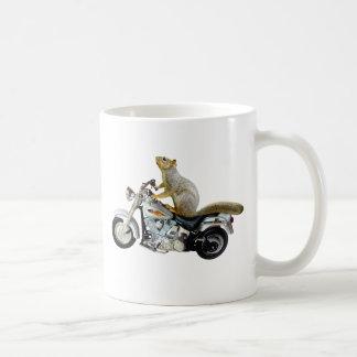 Ardilla en la motocicleta taza