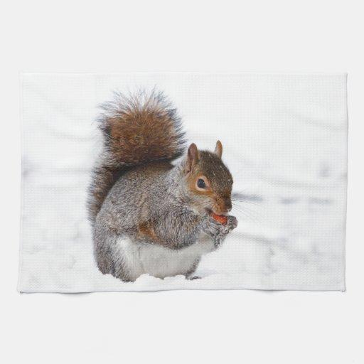 Ardilla en la nieve toalla de mano