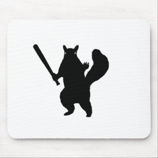 Ardilla enojada con el bate de béisbol tapete de raton