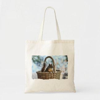 Ardilla linda en una cesta en invierno bolsa tela barata