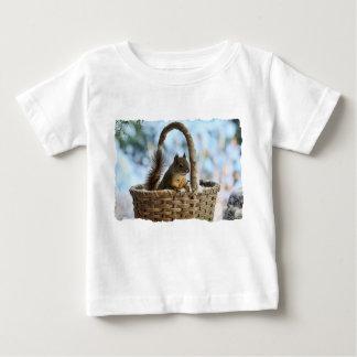 Ardilla linda en una cesta en invierno polera