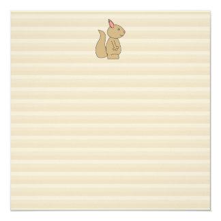 Ardilla linda, fondo beige de la raya invitación 13,3 cm x 13,3cm