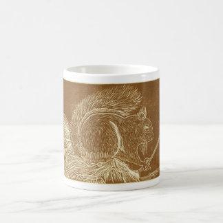 Ardilla Linocut de Brown Taza Básica Blanca
