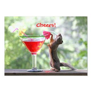 Ardilla que bebe al fiesta adaptable invitaciones personalizada