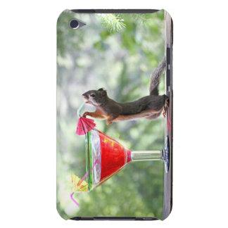 Ardilla que bebe la bebida tropical iPod Case-Mate protector