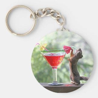 Ardilla que bebe la bebida tropical llaveros personalizados