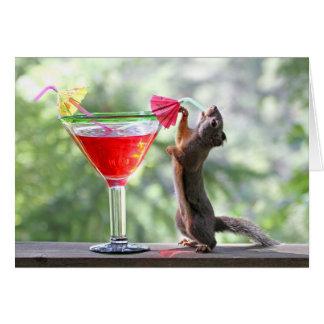 Ardilla que bebe la bebida tropical felicitacion