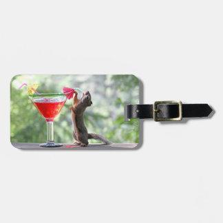 Ardilla que bebe un cóctel en la hora feliz etiquetas para equipaje
