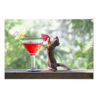 Ardilla que bebe un cóctel en la hora feliz fotografía