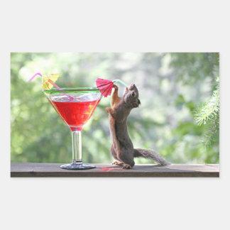 Ardilla que bebe un cóctel en la hora feliz pegatina rectangular