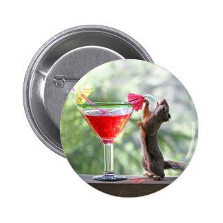 Ardilla que bebe un cóctel en la hora feliz pin redondo de 2 pulgadas
