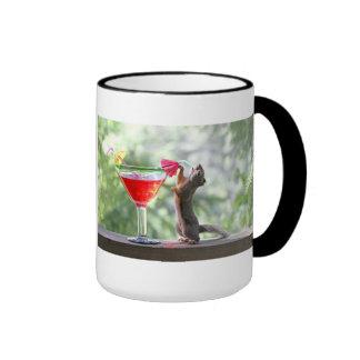 Ardilla que bebe un cóctel en la hora feliz taza a dos colores