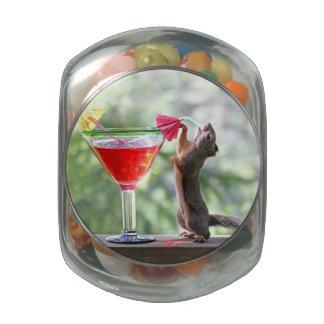 Ardilla que bebe un cóctel jarras de cristal jelly bely