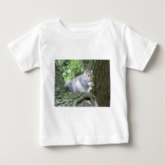 Ardilla que come una nuez de mono t-shirts